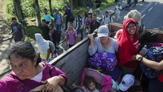 Μετανάστες του πρώτου «καραβανιού» που ακινητοποιήθηκε στα σύνορα με τις ΗΠΑ σκέφτονται να ψάξουν για εργασία στο Μεξικό