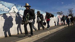 Εκατοντάδες μετανάστες διαδήλωσαν κοντά σε σημείο διέλευσης στα σύνορα Μεξικού-ΗΠΑ