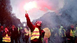 Η πικρή για τον Μακρόν επόμενη μέρα της εξέγερσης των «κίτρινων γιλέκων» στα Ηλύσια Πεδία