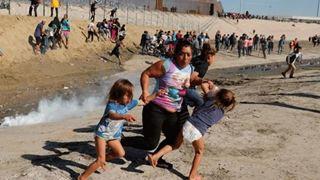 «Νόμιζα πως θα πέθαινα», λέει η μετανάστρια της φωτογραφίας που κάνει τον γύρο του Διαδικτύου