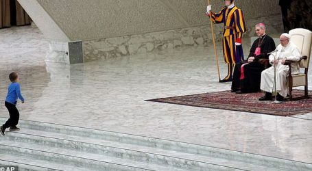 Ένα «απείθαρχο» αγοράκι επισκίασε τον πάπα Φραγκίσκο