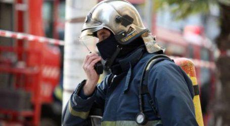Ένας άνδρας ανασύρθηκε χωρίς τις αισθήσεις του από τη φωτιά στο Μενίδι