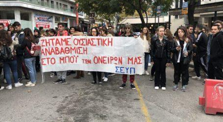 Μποτιλιάρισμα στο κέντρο της Λάρισας – Σπουδαστές του ΤΕΙ απέκλεισαν δρόμο στην πλατεία Εβραίων (φωτό – βίντεο)