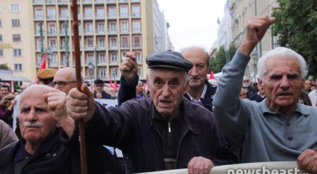Ξεκίνησαν την πορεία τους προς τη Βουλή οι συνταξιούχοι