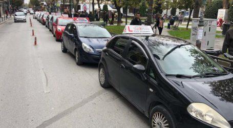 """Διαμαρτυρόμενοι στους δρόμους της Λάρισας οι εκπαιδευτές οδήγησης – Στον """"αέρα"""" 50.000 διπλώματα! (φωτό)"""