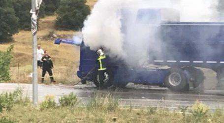 ΤΩΡΑ: Φωτιά σε φορτηγό στον Βόλο [εικόνες]