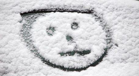 Χιονίζει στον δρόμο προς το Καρπενήσι, χωριά ντύθηκαν στα λευκά