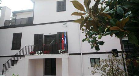 Κύπριοι φοιτητές διαμαρτύρονται έξω από το τουρκικό προξενείο στη Θεσσαλονίκη