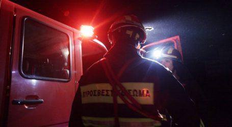 Στις φλόγες τυλίχθηκε διαμέρισμα στη Λάρισα την ώρα που υπήρχε μέσα γυναίκα – Από το παράθυρο την έβγαλαν οι πυροσβέστες