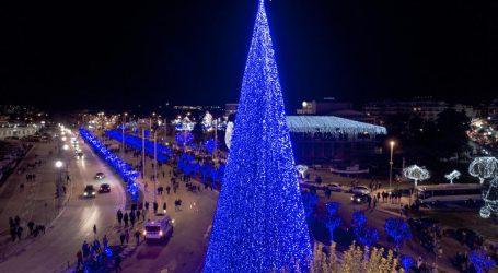Ο Βόλος μαγεύει με 1 εκατ. λαμπιόνια και το ψηλότερο χριστουγεννιάτικο δέντρο!