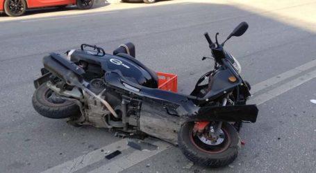 Μηχανάκι συγκρούστηκε με αυτοκίνητο – Στο νοσοκομείο 38χρονη Λαρισαία