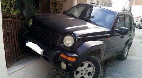 Απίστευτο τροχαίο στη Λάρισα: Γυναίκα οδηγός …προσγείωσε το τζιπ της σε μπαλκόνι σπιτιού (φωτο)