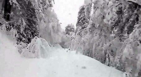 Εντυπωσιακό βίντεο: Οδηγώντας με φόντο τη μαγεία του χιονισμένου Ολύμπου