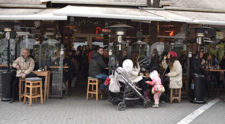 """""""Χαμός"""" στο κέντρο της Λάρισας για τα τελευταία ψώνια – Δεν πέφτει… καρφίτσα στα καφέ (φωτό)"""
