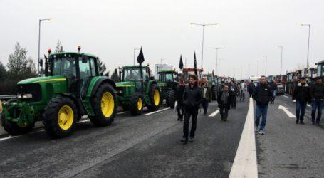 Στήνουν μπλόκα με τα τρακτέρ τους οι αγρότες