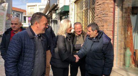 Στην εμπορική αγορά της Λάρισας η Καραλαριώτου – Αντάλλαξε ευχές και… προβληματισμούς με πολίτες