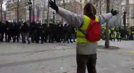 Γάλλοι αστυνομικοί χτυπούν διαδηλωτή με πλαστικές σφαίρες