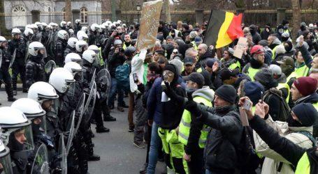 Η αστυνομία κράτησε δεκάδες συλληφθέντες διαδηλωτές μέσα σε στάβλους