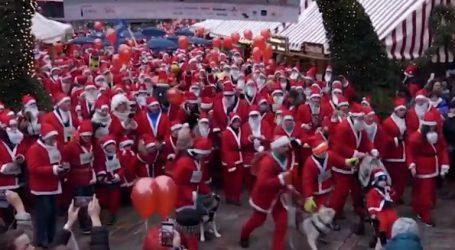 Ντυμένοι Αγιοβασίληδες τρέχουν για να βοηθήσουν παιδιά με κινητικές διαταραχές