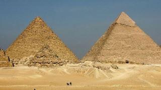 Δύο συλλήψεις μετά τις τολμηρές φωτογραφίες που έβγαλε ένα ζευγάρι στις πυραμίδες της Γκίζας