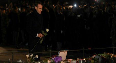Ένα λευκό τριαντάφυλλο από τον Μακρόν στην μνήμη των θυμάτων της επίθεσης του Στρασβούργου