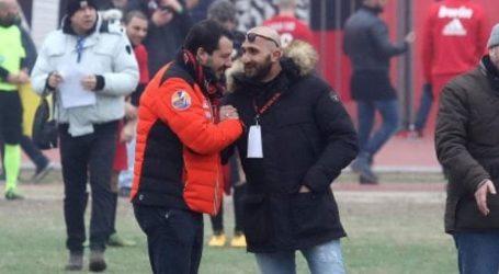 Aντιδράσεις στην Ιταλία με αφορμή φωτογραφία του Σαλβίνι με οπαδό που είχε συλληφθεί για διακίνηση ναρκωτικών