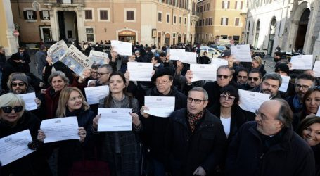 Διαμαρτυρία δημοσιογράφων στο Κοινοβούλιο για τις περικοπές των επιδοτήσεων στον Τύπο