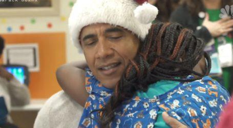 Ο Μπαράκ Ομπάμα ως Άγιος Βασίλης μοιράζει δώρα σε νοσοκομείο Παίδων της Ουάσινγκτον