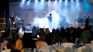 Η στιγμή που το τσουνάμι «καταπίνει» τη σκηνή σε συναυλία