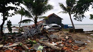 Στους 429 ανέρχονται οι νεκροί από το τσουνάμι στην Ινδονησία