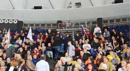 Έβγαλαν… σηκωτό από το «Παλέ» διαδηλωτή, που διέκοψε τον Τσίπρα με το «Μακεδονία Ξακουστή»
