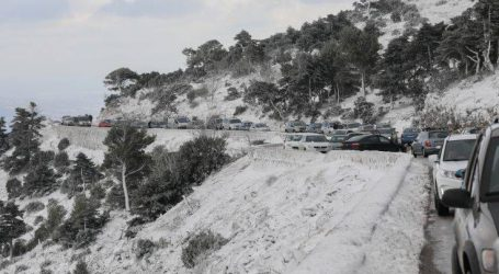 Διακόπηκε λόγω χιονόπτωσης η κυκλοφορία στη λεωφόρο Πάρνηθας