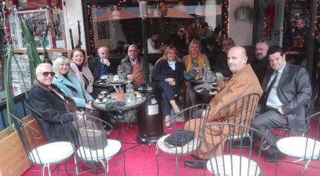 Για καφέ στον Άγιο Νικόλαο, Νάνσυ και συνεργάτες [εικόνα]