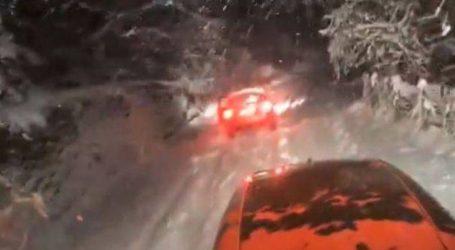 Συναγερμός για εγκλωβισμένο ασθενοφόρο και αυτοκίνητα στα χιόνια στη Φθιώτιδα