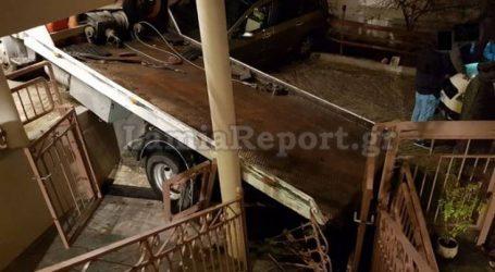 Η οδική βοήθεια πήγε να τραβήξει όχημα που «έμεινε» και κατέληξε μέσα σε αυλή σπιτιού
