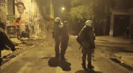 Η στιγμή που αστυνομικός χτυπά με την ασπίδα του διαδηλωτή με χειροπέδες