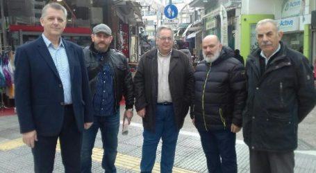 Στελέχη του ΚΚΕ αντάλλαξαν ευχές στην αγορά της Λάρισας