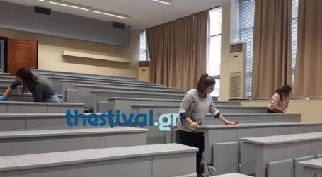 Φοιτητές καθαρίζουν την Θεολογική Σχολή του ΑΠΘ μετά τις ζημιές