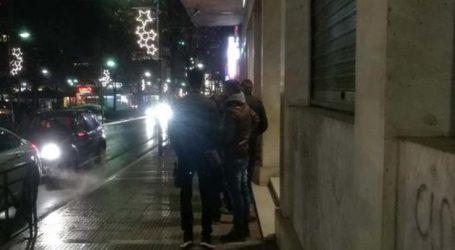 Ουρές στις τράπεζες στη Λάρισα από απόψε παρά το τσουχτερό κρύο για το μέρισμα (φωτο)