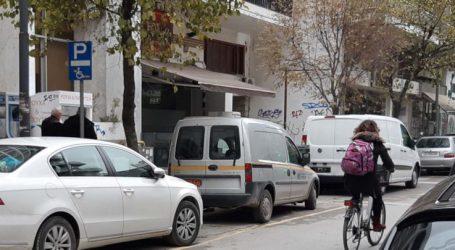 Όταν δημοτικά οχήματα παρκάρουν σε θέσεις ΑμεΑ, τι παράδειγμα να πάρουν οι Λαρισαίοι;
