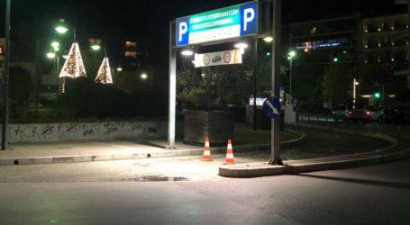 """Χριστουγεννιάτικη ταλαιπωρία στη Λάρισα: Αυτοκίνητα """"εγκλωβίστηκαν"""" σε πάρκινγκ που… κατέβασε μπάρες!"""