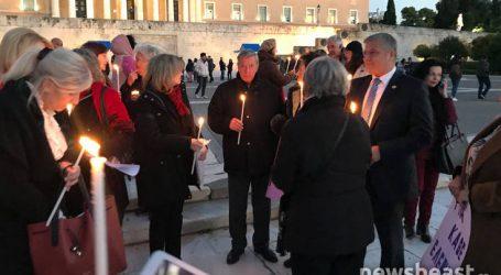 Σιωπηλή διαμαρτυρία στο Σύνταγμα για τη δολοφονία της Ελένης