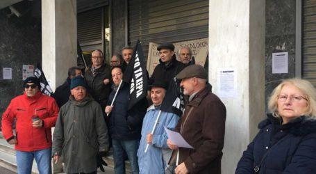 Συνταξιούχοι απέκλεισαν το κεντρικό κατάστημα της Εθνικής Τράπεζας στη Λάρισα – Δείτε γιατί δεν το αφήνουν να λειτουργήσει! (φωτό – βίντεο)