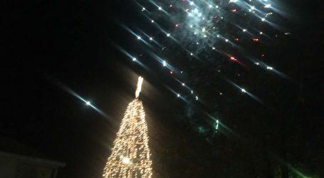 Αρκετός κόσμος παρά το τσουχτερό κρύο στην έναρξη των φετινών εορταστικών εκδηλώσεων σε Χειμάδι και Καλοχώρι