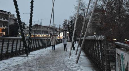 """Όταν το χιόνι στη Λάρισα """"παιχνιδίζει"""" με τα χριστουγεννιάτικα λαμπιόνια – Μαγικές εικόνες (φωτο)"""
