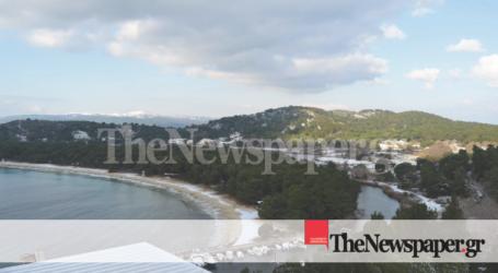 Το χιόνι κάλυψε την παραλία στις Κουκουναριές [εικόνα]