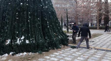 Η Λάρισα αποχαιρετά το χριστουγεννιάτικο δέντρο της Κεντρικής Πλατείας – Ξεκίνησε το ξεστόλισμα της πόλης (φωτο)
