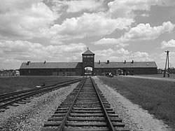 Η κύρια είσοδος του στρατοπέδου συγκέντρωσης