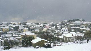 Σε εξέλιξη οι έντονες χιονοπτώσεις σε ημιορεινές και ορεινές περιοχές της Αχαΐας και της Αιτωλοακαρνανίας