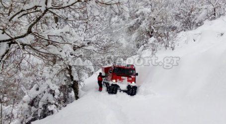 Με ερπυστριοφόρο και πορεία μέσα στα χιόνια πήγαν τα φάρμακα σε ηλικιωμένο ζευγάρι